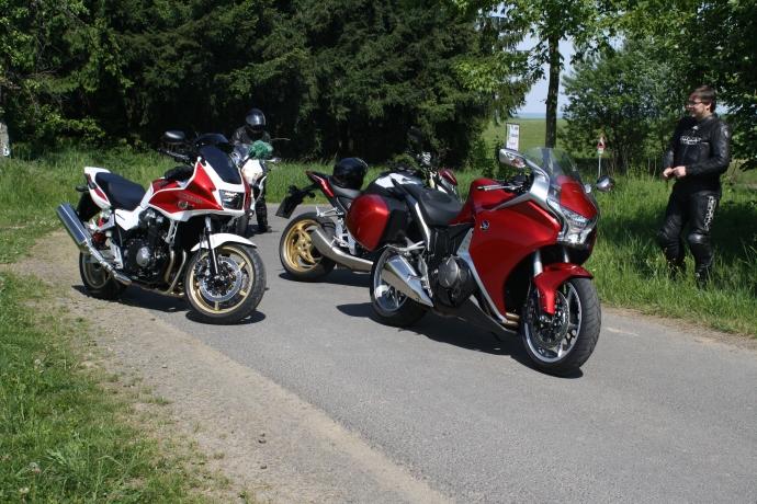 """Die rote VFR war """"meine"""", links daneben CB1300, recht CB1000R und hinten VFR mit DCT"""